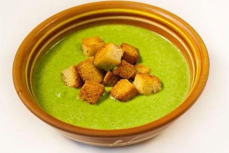 Суп-пюре из брокколи и шпината с гренками