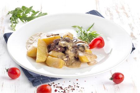Фрикасе из телятины с картофелем и сливочно-грибным соусом
