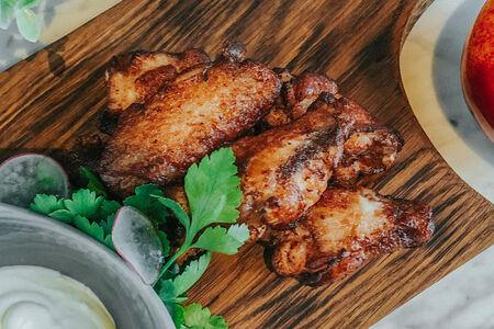Острые куриные крылья баффало с сырным соусом