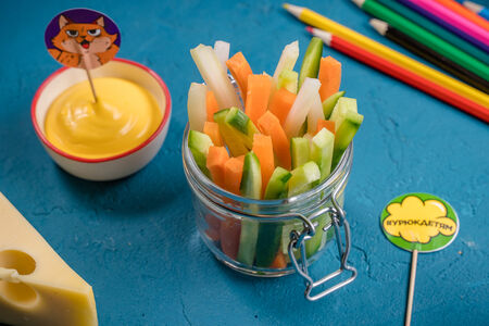 Овощные палочки с сырным соусом