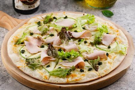 Пицца с копченой индейкой и кабачками