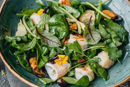 Салат с морепродуктами и соусом маракуйя