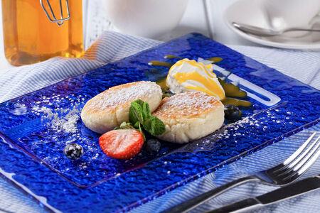 Сырники с соусом манго-маракуя