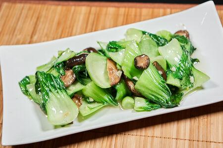 Жареный китайский салат с чёрными грибами