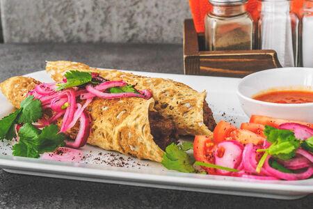 Кебаб из ягнёнка в лаваше с маринованным луком