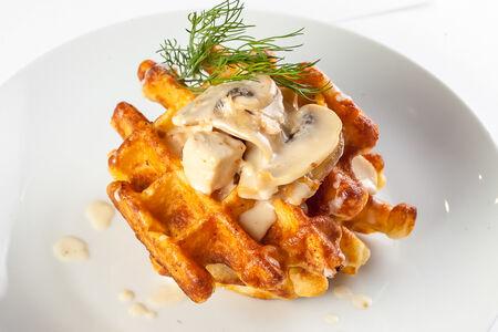 Картофельная вафля с курицей и грибами в сливочном соусе