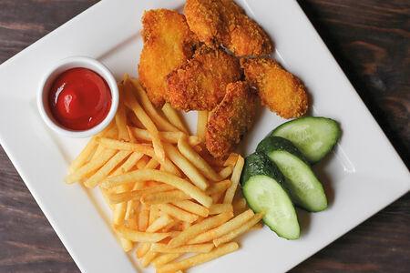 Куриные наггетсы с картофелем фри