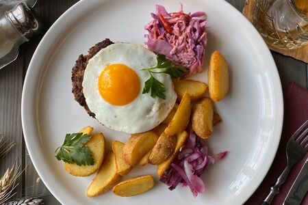Классический бифштекс с картофелем