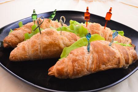 Круассан с просольным сыром и зеленью