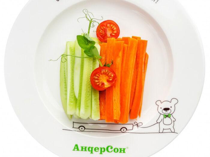Овощная тележка с огурцом и морковью