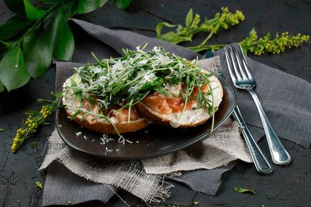 Бейгл с лососем и авокадо