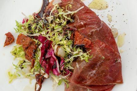 Салат с брезаолой и вялеными томатами
