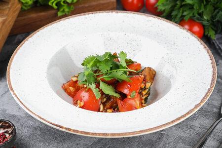 Салат с хрустящими баклажанами, красными томатами и кешью