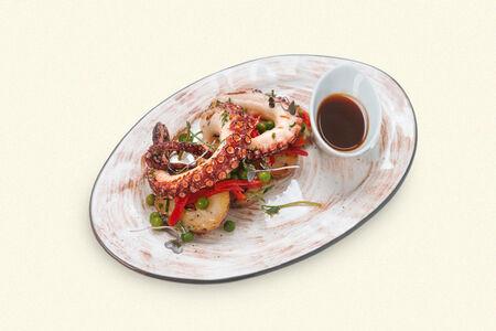 Салат Тёплый осьминог с картофелем и печёным перцем