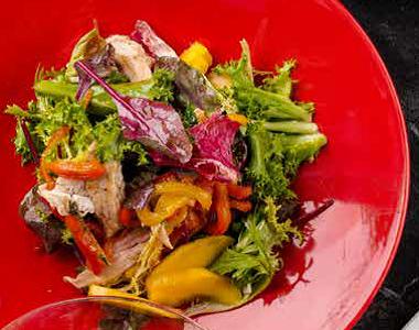 Салат с цыпленком и манго с печеным перцем