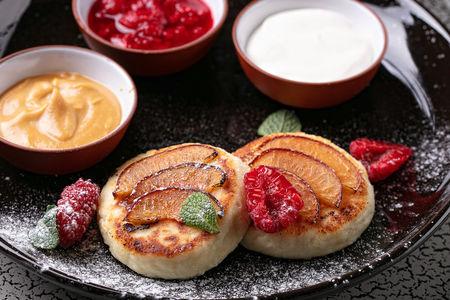 Сырники со сливой и клубникой