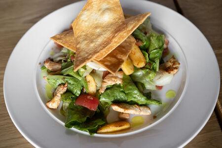 Теплый салат с курицей и яблоками