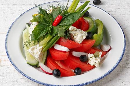 Свежие овощи с домашней брынзой