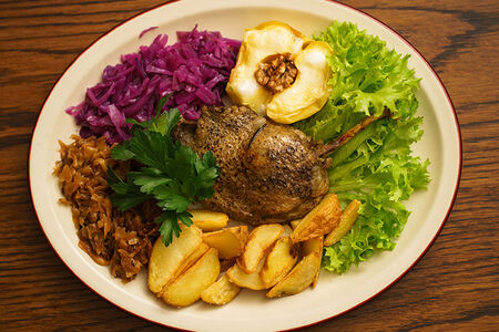 Утиная ножка с капустой и картофелем