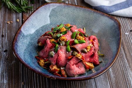Салат с ростбифом, печёным перцем и вялеными томатами