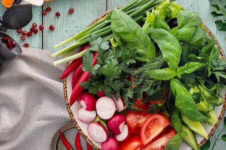Ассорти из свежих овощей и зелени по-кавказски