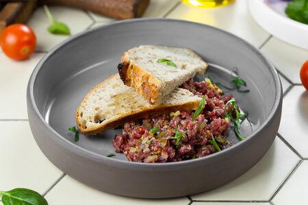 Тартар из говядины с вяленой вишней