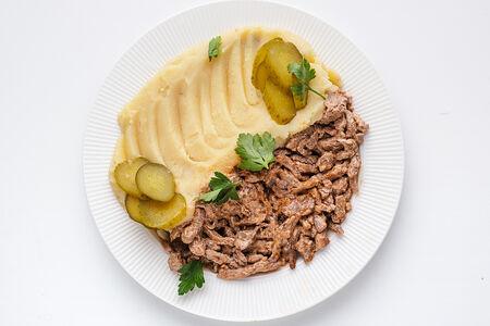 Томленая говядина в сливочном соусе с картофельным пюре