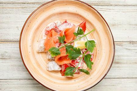 Салат с малосольным лососем и печеным баклажаном