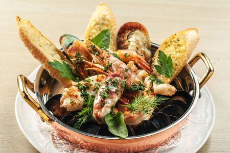 Морепродукты на сковороде с травами прованс