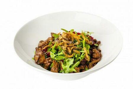 Салат с карамелизированной печенью, клюквенным соусом и салатными листьями