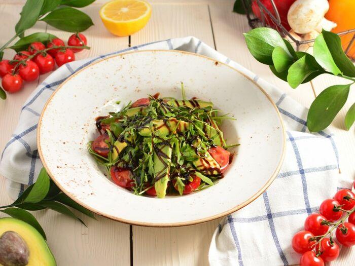 Салат из рукколы и авокадо
