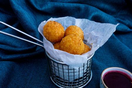 Сырные шарики с клюквенным соусом