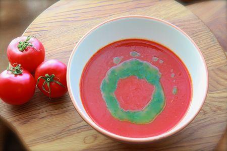 Суп из томатов с песто из базилика