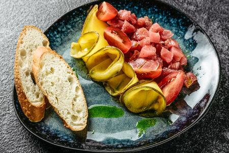 Тартар из тунца с манговым соусом