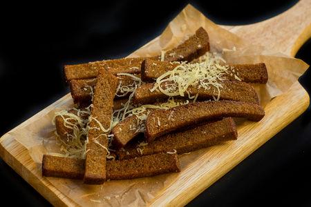 Ржаные гренки с сыром пармезан