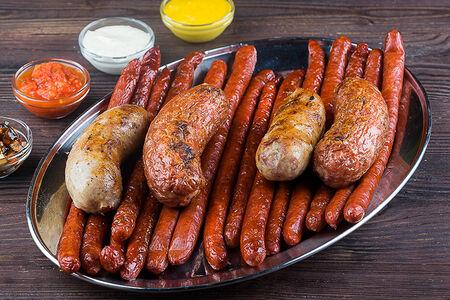 Большой гриль из колбасок и сосисок
