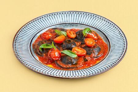 Черные Равиоли с крабом и томатами