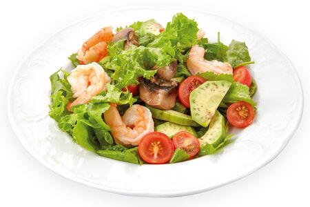 Салат с креветками, авокадо и маринованными шампиньонами