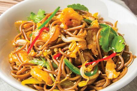 Гречневая лапша соба по-азиатски с цыпленком и овощами
