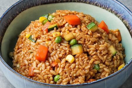 Рис жареный с овощами и соевым соусом