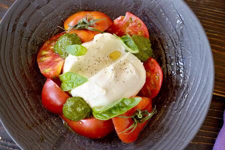 Салат с сыром буррата и розовыми томатами