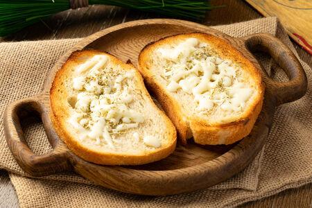 Чесночный хлеб с тимьяном и розмарином