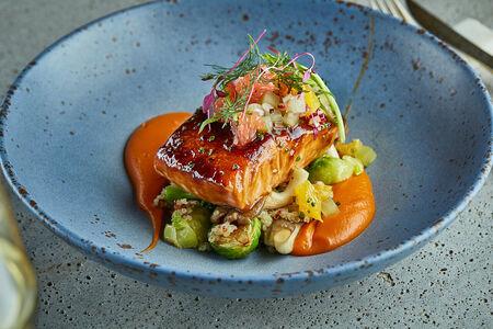 Запеченный лосось в соусе терияки с цитрусовой сальсой