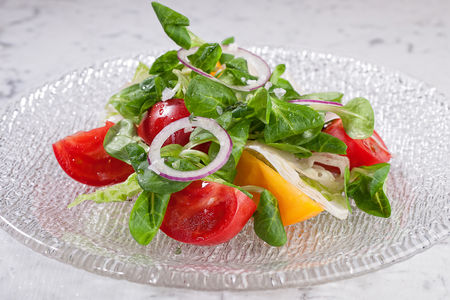 Салат из узбекских томатов с сыром фета и апельсином