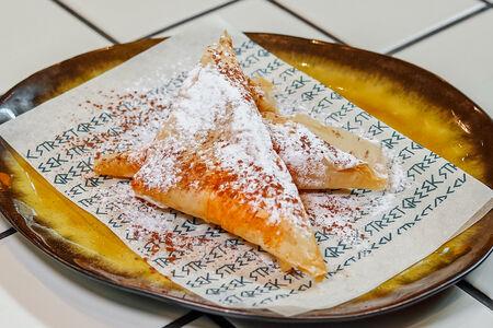 Греческие пирожки с кремом Бугаца