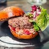 Фото к позиции меню Бургер с котлетой из говядины, пряным чатни из красного  сладкого перца и легким трюфельным соусом