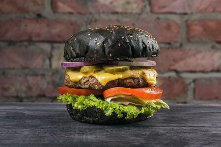 Блэк бургер с говяжьей  котлетой