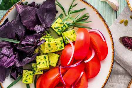 Салат из спелых томатов и сулугуни