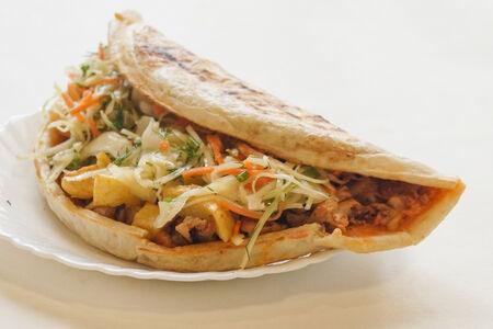 Пицца с курицей с капустным салатом и картошкой фри