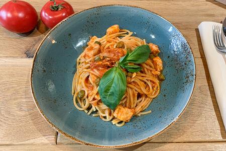 Спагетти лосось с томатами